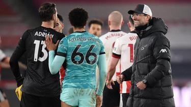 Jürgen Klopp (r.) freut sich über den Sieg des FC Liverpool