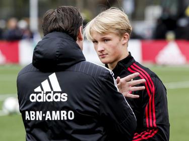 Ajax A1-trainer Frank Peereboom geeft voorafgaand aan het duel met Vitesse A1 aanwijzingen aan aanvaller Kasper Dolberg (r.). (30-01-2016)