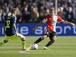 Sven van Beek (r.) is tijdens Feyenoord - Ajax eerder bij de bal dan Niki Zimling (l.). (21-09-2014)