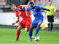 Ludcinio Marengo (r.) ontdoet zich van Jelle van der Heyden (l.) in het duel tussen Jong FC Twente en FC Volendam. (03-11-2014)