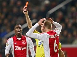 Riechedly Bazoer (l.) en Mike van der Hoorn (r.) kunnen niet geloven dat scheidsrechter Pol van Boekel (m.) rood trekt voor Niklas Moisander tijdens Ajax - AZ Alkmaar. (05-02-2015)