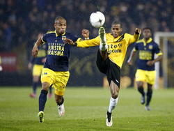Ruben Ligeon (r.) doet een uiterste poging om bij de bal te komen tijdens NAC Breda - SC Cambuur. (20-02-2015)