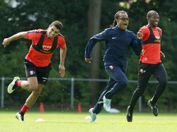 Stagiair Edgar Davids (m.) is te snel voor Youness Mokhtar (l.) en Kamohelo Mokotjo (r.) tijdens een training van FC Twente. (19-08-2015)