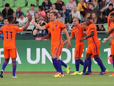 De spelers van het Nederlands elftal U19 vieren gezamenlijk het doelpunt tegen Engeland U19 tijdens het EK U19 in Duitsland. (15-07-2016)