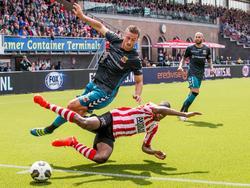 Go Ahead Eagles-speler Robin van der Meer (l.) en Denzel Dumfries (r.) vliegen door de lucht. (21-08-2016)