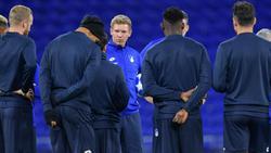 Hoffenheims Trainer Julian Nagelsmann (M.) bereitet sein Team auf das Spiel in Lyon vor
