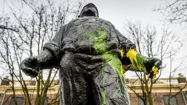 """Der """"Hafenarbeiter"""" in Amsterdam wurde mit Farbe beschmiert"""