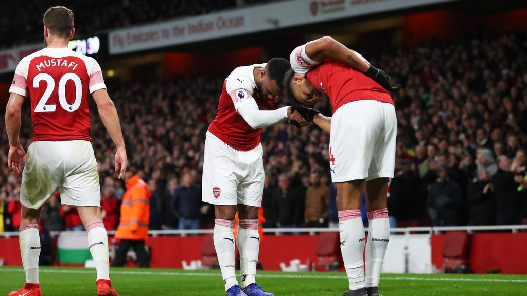 Alexandre Lacazette (m.) und Pierre-Emerick Aubameyang (r.) feiern den Treffer zum 2:0