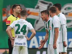 Die Rapidler hatten mit Schiedsrichter Christopher Jäger ordentlich Diskussionsbedarf