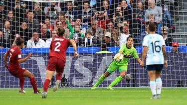 Vanina Correa paró un penalti a las inglesas.