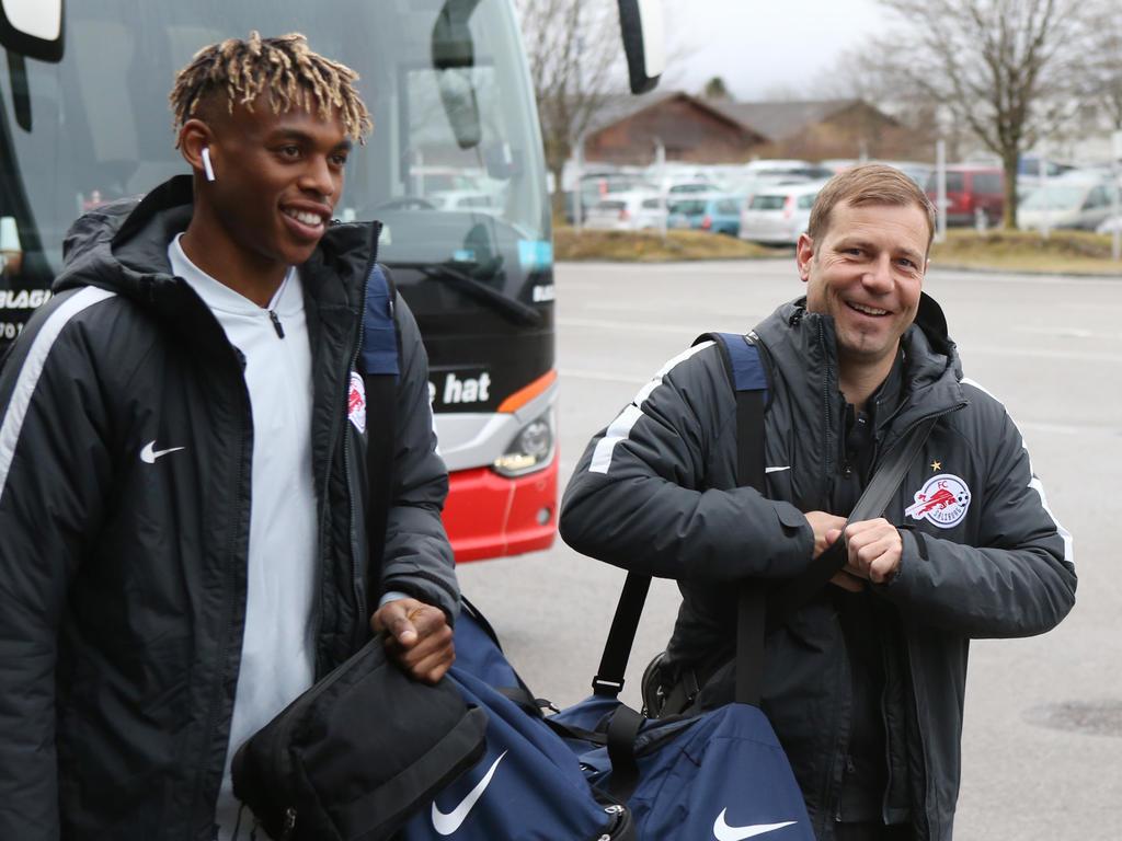 Salzburg-Trainer Frank Kramer (r.) mit Nachwuchsspieler Adamu (li.) freut sich auf das kommende Duell mit Porto