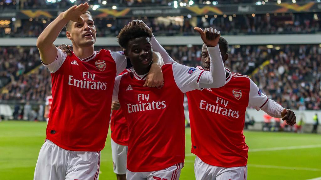 Bukayo Saka (m.) soll im Fokus des FC Bayern stehen