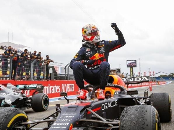 Max Verstappen bejubelt seinen Sieg beim Formel-1-Rennen in Le Castellet