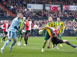 Lex Immers wurmt zich voor ADO Den Haag-verdediger Timothy Derijck en zet Feyenoord op voorsprong (01-02-2015).