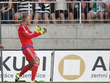 Jasper Cillessen schreeuwt het uit na een Amsterdams gelukje. Ajax krijgt in de voorronde van de Europa League een penalty tegen, maar deze wordt gemist. (27-08-2015)