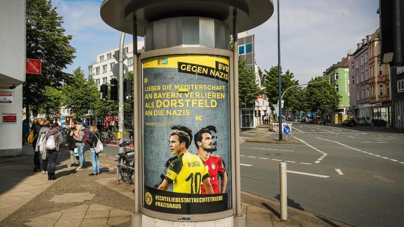 Unbekannte haben in Werbevitrinen unerlaubt Plakate platziert