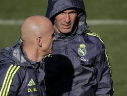 Real-Trainer Zinedine Zidane (r) und sein Assistent David Bettoni