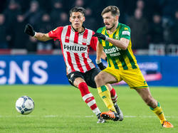 Héctor Moreno (l.) moet in de achtervolging bij Édouard Duplan (r.) tijdens PSV - ADO Den Haag. (27-02-2016)