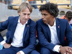 Adrie Koster (l.) en Pierre van Hooijdonk overleggen tijdens de wedstrijd Jong Oranje - Jong Georgië. (05-09-2014)