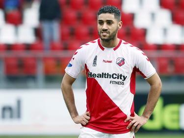 Tot de verbazing van heel Nederland krijgt Anouar Kali gewoon een basisplaats bij FC Utrecht in het competitieduel met PEC Zwolle. De middenvelder brak tijdens de training met een vuistslag de kaak van een ploeggenoot, maar ondervindt daar voorlopig geen sancties van. (01-02-2015)