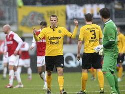 Anco Jansen (m.) kan niet geloven dat hij van het veld gestuurd wordt tijdens de wedstrijd tegen MVV. (01-02-2015)