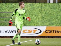 Mike Grim heeft de bal aan de voet tijdens het competitieduel Ajax A2 - FC Volendam A1. (25-10-2014)