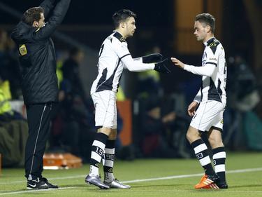Menno Heerkes (r.) wordt tijdens het competitieduel Heracles Almelo - AZ Alkmaar vervangen door Dario Vujičević (l.) (13-02-2016).