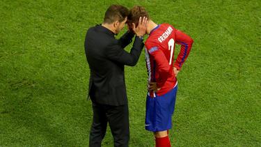 Simeone le hace una carantoña al francés sobre el césped. (Foto: Getty)