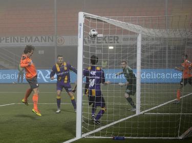Erik Schouten kopt FC Volendam in de KNVB beker op voorsprong tegen VVSB. (13-12-2016)