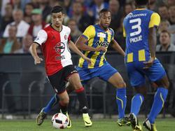 Mo el Hankouri (l.) blijft tijdens het bekerduel met FC Oss kalm onder de druk van Lorenzo Piqué (r.). (22-09-2016)