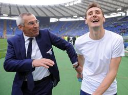 Miroslav Klose galt als absoluter Vorzeigeprofi - auch unter Trainer Edoardo Reja (l.)