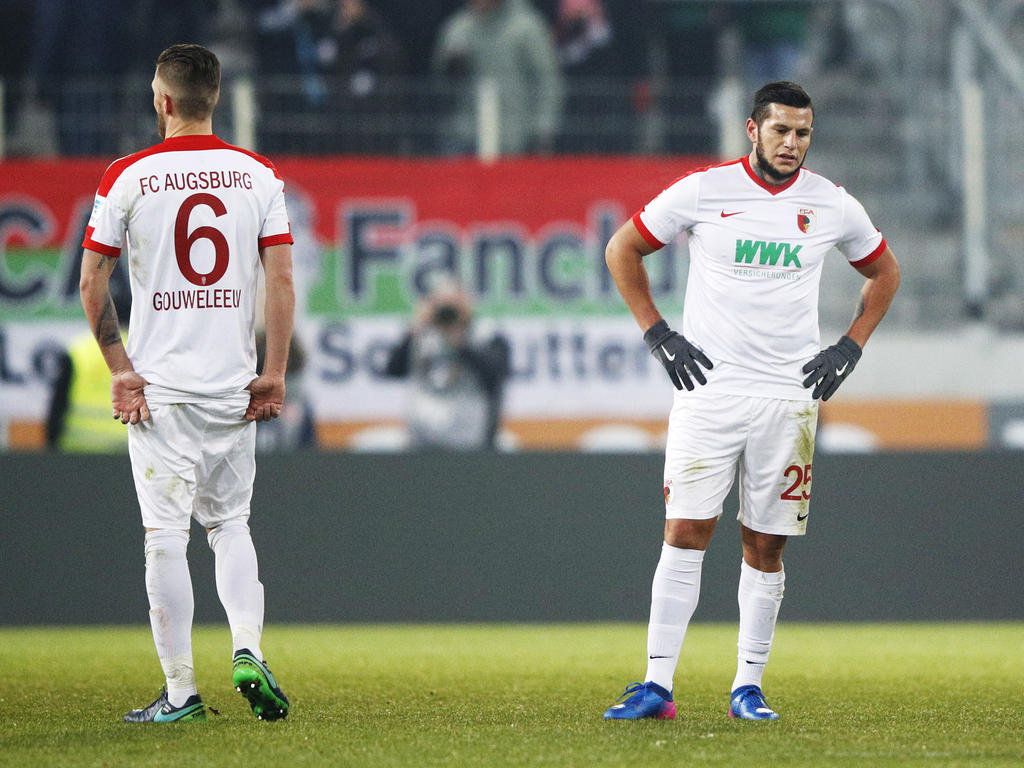 Die Augsburger Raul Bobadilla (r.) und Jeffrey Gouweleeuw sind angeschlagen