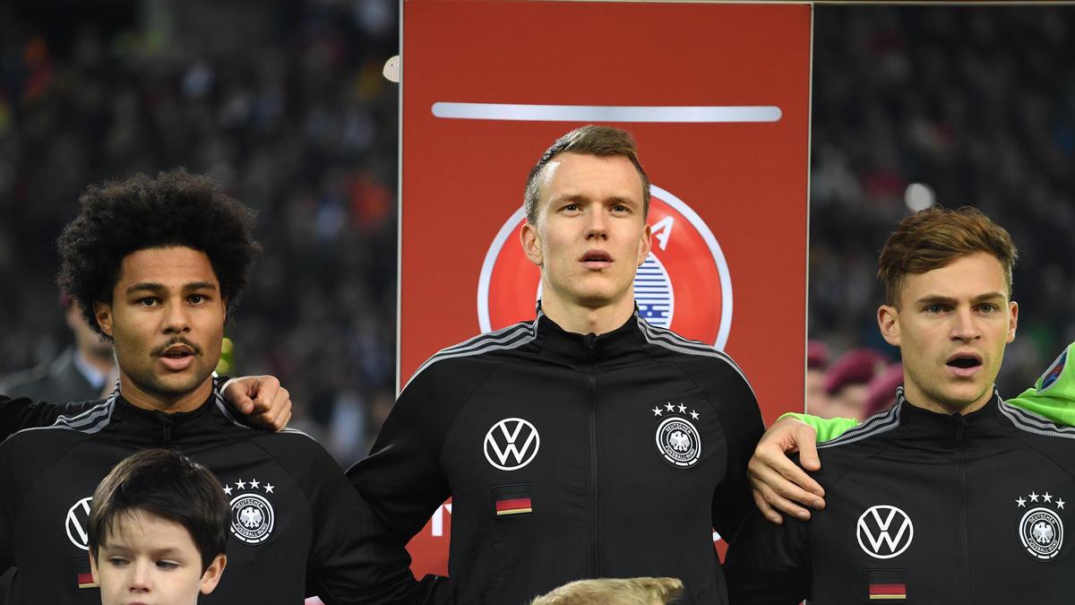 Begehrt beim FC Barcelona, FC Bayern und BVB: Lukas Klostermann (M.) von RB Leipzig