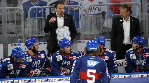 Pavel Gross (l.) bleibt den Adlern erhalten