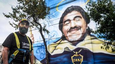 """Der Künstler Alfredo Segatori steht vor seinem Wandgemälde im ViertelLa Boca zu Ehren des """"Goldjungen"""" Maradona"""