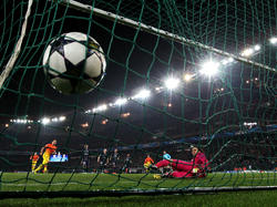 Xavi (l.) bringt Barca per Elfmeter in Paris erneut in Front