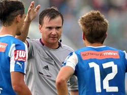 Schiedsrichter Dieter Muckenhammer zeigt dem Wiener Neustädter Stefan Rakowitz die Rote Karte.