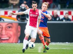 Nick Viergever (l.), die is ingevallen voor de geblesseerde Jaïro Riedewald, wordt tijdens de wedstrijd Ajax - Feyenoord opgejaagd door Dirk Kuyt. (07-02-2016)
