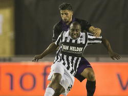 Sergio Zijler (voor) probeert aan de aandacht van Saïd Bakkati (achter) te ontsnappen tijdens het competitieduel Achilles'29 - FC Emmen. (03-10-2014)