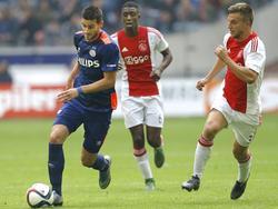 Gastón Pereiro (l.) is Riechedly Bazoer (m.) en Joël Veltman (r.) te snel af tijdens het competitieduel Ajax - PSV. (04-10-2015)