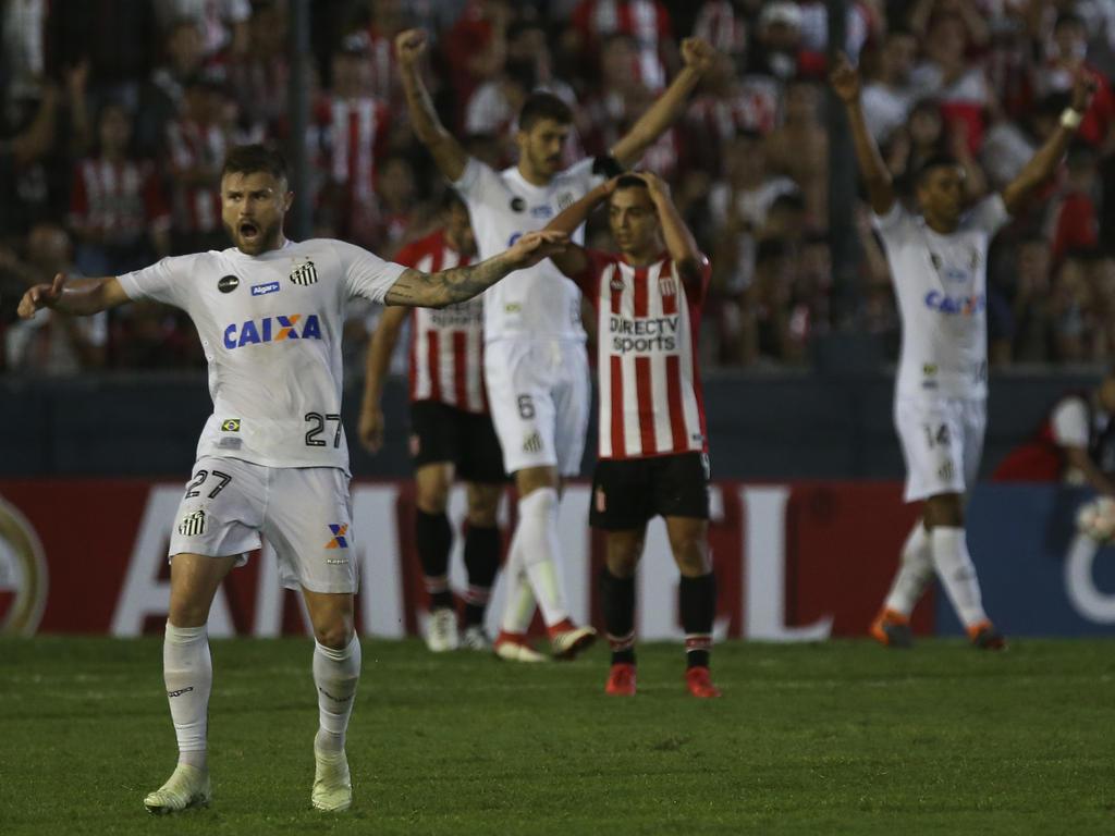 El Santos sorprendió a los Estudiantes con un gol de Arthur Gomes. (Foto: Getty)