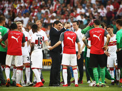 Formte aus einem Abstiegs- einen Europapokal-Kandidaten: VfB-Coach Tayfun Korkut (Mitten im Getümmel)