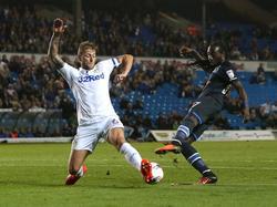 Liam Cooper (l.) blokt het schot van Marvin Emnes (r.) tijdens het League Cup-duel Leeds United - Blackburn Rovers (20-09-2016).