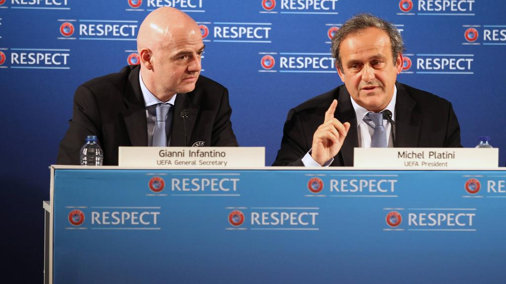 Platini (re.) will dass Infantino (li.) zurücktritt