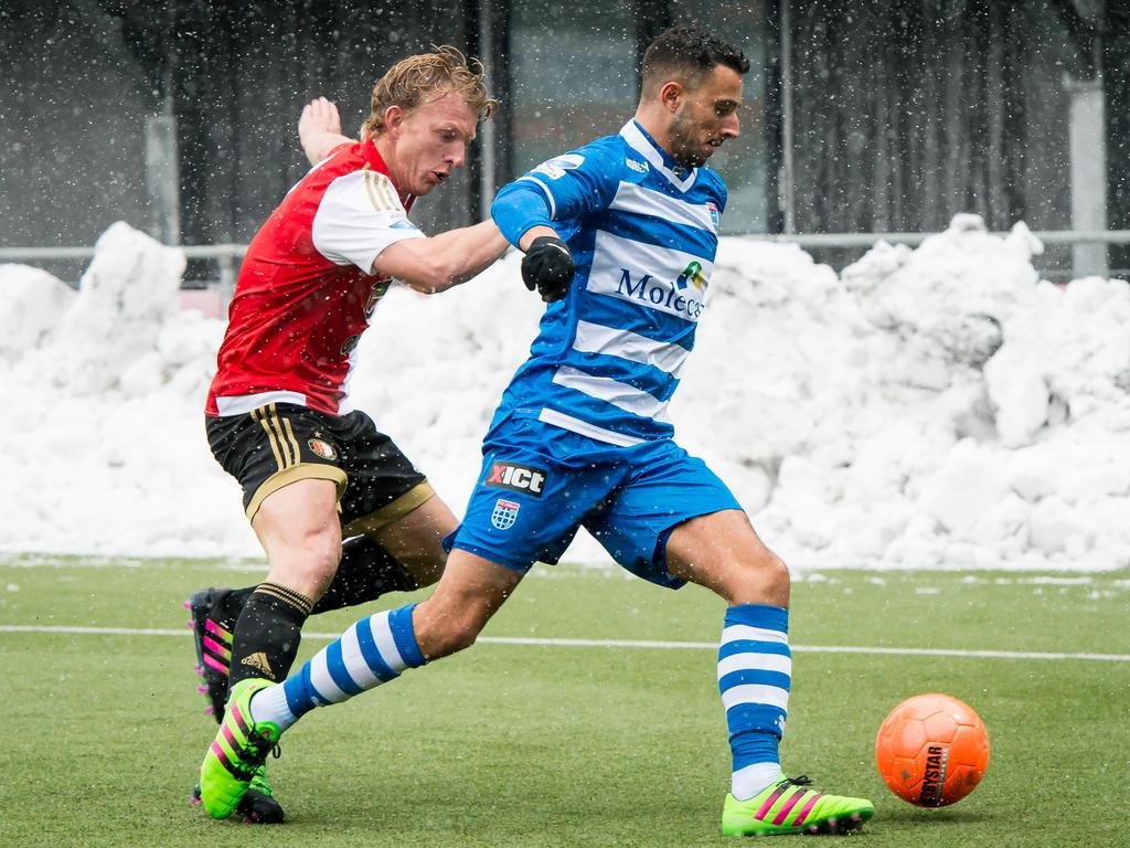 Dirk Kuyt (l.) probeert Ouasim Bouy (r.) in de hoek vast te zetten tijdens de wedstrijd PEC Zwolle - Feyenoord. (14-02-2016)