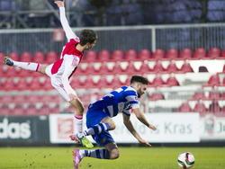 Robin Pröpper (r.) vliegt richting de bal tijdens het competitieduel Jong Ajax - De Graafschap. (20-12-2014)