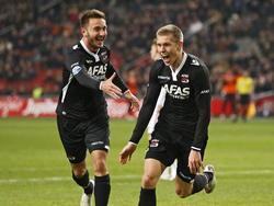 Aron Jóhannsson (r.) en Muamer Tanković (l.) vieren de 0-1 tijdens Ajax - AZ Alkmaar. (05-02-2015)