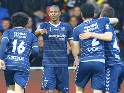 Sébastien Haller (m.) bedankt Yassin Ayoub (l.) voor zijn assist tijdens het competitieduel Go Ahead Eagles - FC Utrecht. (25-04-2015)