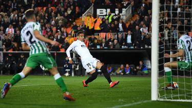 Sevillas Rog (li.) bekommt es im spanischen Pokalfinale erneut mit Barcelonas Messi zu tun