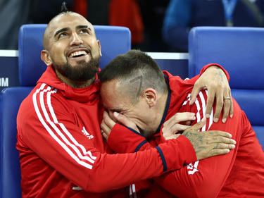 Arturo Vidal bromea con Ribery en el banquillo muniqués. (Foto: Getty)